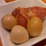 立ち呑み 洋もん 日本酒のめるとこ - 自家製燻製うずらたまごとベーコンの燻製