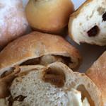 ひとつぶ堂 - 料理写真:パン達、手前はクリームチーズといちぢく