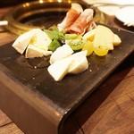 52071066 - イタリア産プロシュート、チーズの盛合せ