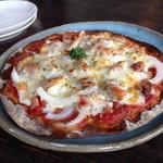 ドーシェル - ピザ クリスピーな薄い生地でシャキシャキ玉ねぎとベーコン
