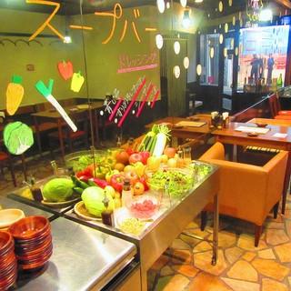 中央には新鮮野菜のサラダ&スープバー♪