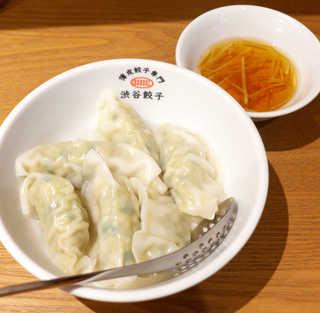 渋谷餃子 蒲田店 - 水餃子(6個¥313)。つるっと口に入ります♪