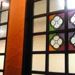 カフェ ピエロ・ド・ピエロ - ステンドグラス風の窓