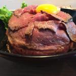 肉と生パスタの店 - 名物 レアローストビーフ丼 大盛 1080円 高さもあります。