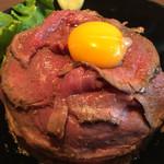 肉と生パスタの店 - 名物 レアローストビーフ丼 大盛 1080円 山盛りご飯にローストビーフをコーティング!