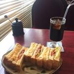レンガ - ホットサンド(タマゴとウィンナー)サラダとコーヒーがセットで900円。