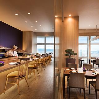 ホテル35階、地上123mから望める空と海、そして福岡の街並