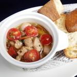 ワインバー ヤミツキ - 鶏とトマトのアヒージョ
