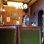 ラーメンレストラン花の館 - 店内です。