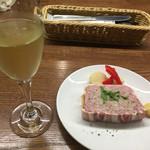52098269 - スパークリングワインとパテ