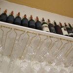 リチェッタ・ミヤガワ・リストランテ - 綺麗にディスプレイされたボトルとグラス