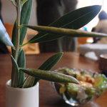 Cafe Restaurant Garden - 各テーブルに置かれていたオリーブ