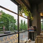 コマザワ パーク カフェ - 駒沢通りに面した窓際