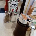 Cinnamon's Restaurant - 調味料たち、手前はメープルシロップ