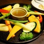 ブチキャスケット - 旬野菜の鉄板焼バーニャ¥880-