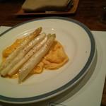 ミリーズ - チーズのスクランブルエッグに乗せたホワイトアスパラ