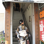 ドゥニヤ - 横の階段から上がります。