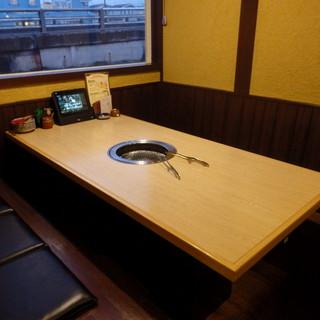 テーブル席は最大6名様座っていただくことが可能です。