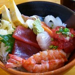 52124090 - 海鮮丼¥1200。※ご飯少なめでオーダーしました。