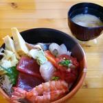 52124143 - 海鮮丼(※ご飯少なめでオーダー)と汁物(あさりのみそ汁)。