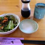 52124150 - 海鮮丼到着の前にいただいた、サラダやお茶など。