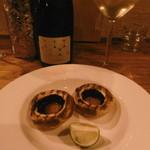 串焼屋ウナチッタ  - ジャンボマッシュルームと白ボトル