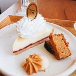 52127359 - フロマージュ  ¥430                       カラメルのパウンドケーキも付いてきます