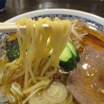 栄屋本店 - コシのある中太麺です。