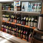 名酒センター - 店内に並ぶ日本酒2016年6月