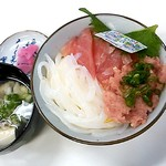 市場の食堂 - 三種盛り丼(890円)