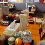 52151290 - 店内風景。島式のカウンターは、ゴチャゴチャしているが清潔さは保たれている。