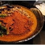 地獄の担担麺 護摩龍 - 地獄の担担麺 無限 1100円 とランチサービスのライス。私に味をどうのこうの言えるレベルの辛さじゃありません(だから評点ナシ)