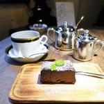 珈琲トラム - ブレンドコーヒー、自家製ガトーショコラ