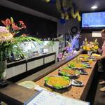 インドネシアレストラン TARY HOUSE - カウンターにずらりと並んだインドネシア料理。