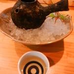 鳥と魚 - 渋い酒器で琥珀色の竹鶴を楽しみます