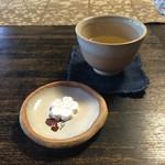 52158980 - 玉露入り煎茶と本葛菓子