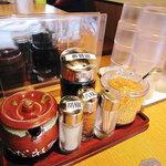 丸源ラーメン - テーブルの調味料