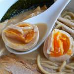 麺家 一鶴 - 味玉にはスープが良く合う