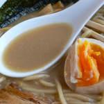 麺家 一鶴 - 鶏・煮干しラーメンのスープは濃厚です