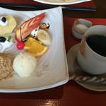 52164023 - デザートプレートとホットコーヒー