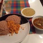 シナモンガーデン - 赤米のストリングホッパーとポルサンボル、豆カレー、日替わりのカツオカレー