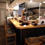 馬肉酒場 馬鹿うま精肉店 - 1階のL字型カウンター厨房