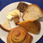 レストラン ストックホルム - チーズとパン。茶色チーズはヤギ。オレンジのパンはトマト味✨