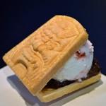 天山 - 料理写真:鬼瓦あまおうティラミスアイス最中♡