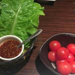 Yakinikukeishouenhonten - サンチュと焼きトマト1人前ずつ