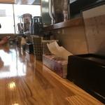 麺や 一想 - 木目が美しいカウンター席