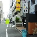 鶏Soba 座銀 にぼし店 - お店の前の道路(2016.06)