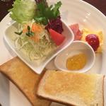 碧い森 - モーニングのトースト。ドリンク+100円とお得。