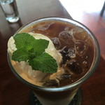 碧い森 - アイスカフェラテ650円。ホイップが甘くて美味しい。
