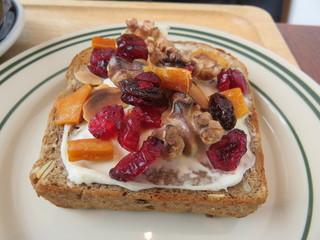 レック コーヒー 博多マルイ店 - ライ麦パンとクリームチーズ、ドライフルーツ、胡桃、蜂蜜のトースト